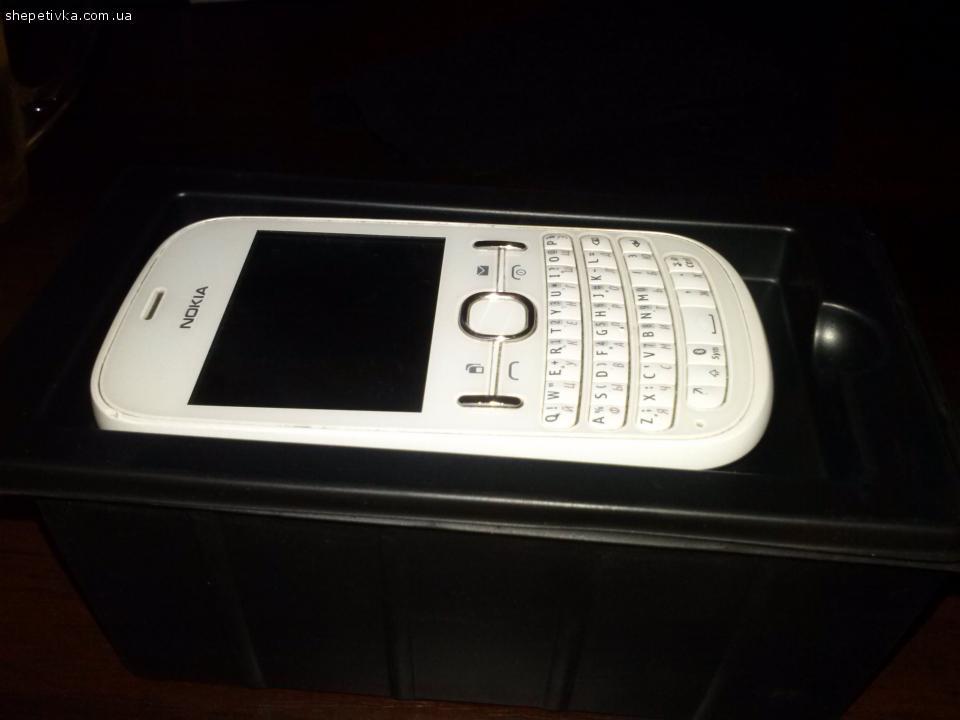 Подам мобільний телефон Nokia Asha200
