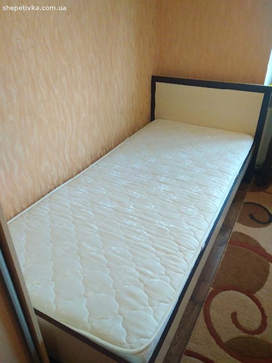 Продам односпальне ліжко з матрацом.Ціна 3000грн.