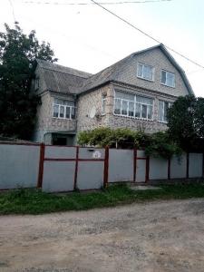 Продам половину трьохповерхового будинку з прибудовами