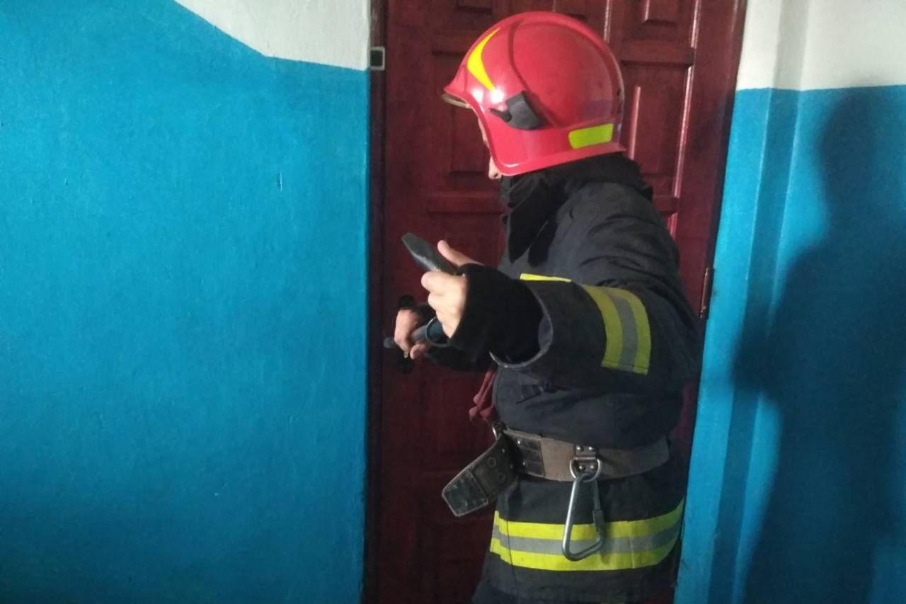 """Результат пошуку зображень за запитом """"рятувальники відчинили вхідні двері"""""""