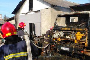 Через палаючий КАМАЗ ледь не зайнялись сусідні будівлі