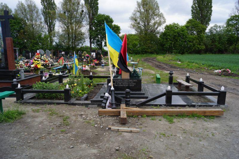 Вандали сплюндрували могилу Миколи Дзявульського